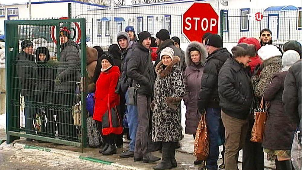 Украинские беженцы на границе с Россией