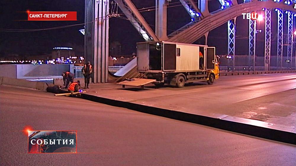 Ремонтные работы на Троицком мосту в Санкт-Петербурге