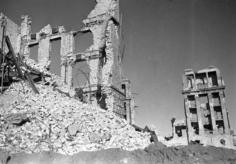В немецком командовании к тому времени нарастало сомнение в возможности полностью овладеть Сталинградом. Если в начале августа командующий 14-ым танковым корпусом генерал Густав фон Витерсгейм предлагал командующему 6-й армии Паулюсу отступить, за что был смещен, то к концу сентября требования прекратить наступление на город были адресованы уже Гитлеру