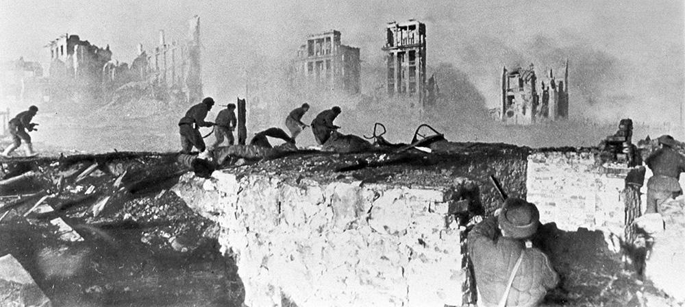 """К тому времени в Ставке уже был план по контрнаступлению на Сталинград. Операция получила название """"Уран"""".  План заключался в том, чтобы силами Юго-Западного и Сталинградского фронтов, развивая наступление по сходящимся направлениям, окружить и уничтожить основные силы противника под Сталинградом. Наступление Красной Армии началось рано утром 19 ноября 1942 года. Сразу после мощной артподготовки удар по противнику нанесли войска Юго-Западного и правого крыла Донского фронтов"""