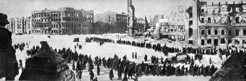 """В первый день наступления 1-й и 26-й танковые корпуса продвинулись на 18 километров, а на второй день — на 40 километров. 23 ноября в районе Калача-на-Дону кольцо окружения вокруг 6-й армии вермахта замкнулось. 10 января 1943 года войска Донского фронта под командованием Константина Рокоссовского приступили к проведению операции """"Кольцо"""" по разгрому окружённой под Сталинградом группировки немецко-фашистских войск. План предусматривал поэтапное уничтожение противника и расчленение 6-ой армии"""