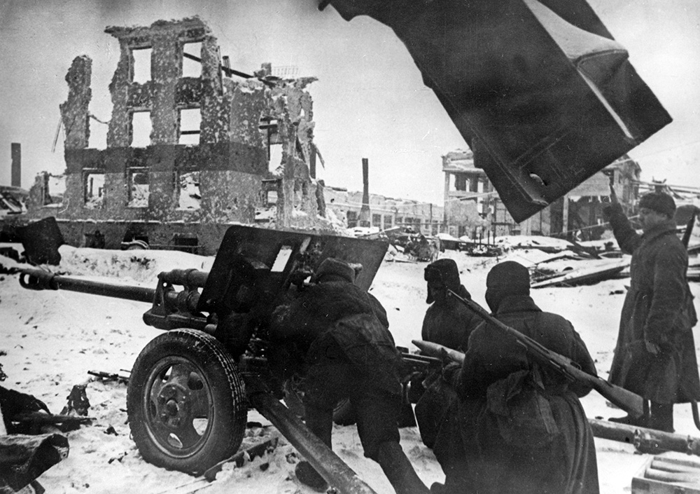 К началу операции немецкая армия по силам фактически превосходила советскую — 250 тысяч против 210 тысяч. В то же время у немцев было больше танков, но в три раза меньше самолетов. Накануне наступления советское командование предложило окруженной немецкой группировке сдаться, чтобы предотвратить напрасное кровопролитие. Предложение было отклонено. Уже к концу дня 10 января советским войскам при поддержке артиллерии, наносящей удары на глубину до 1,5 км, удалось продвинуться на 6—8 км