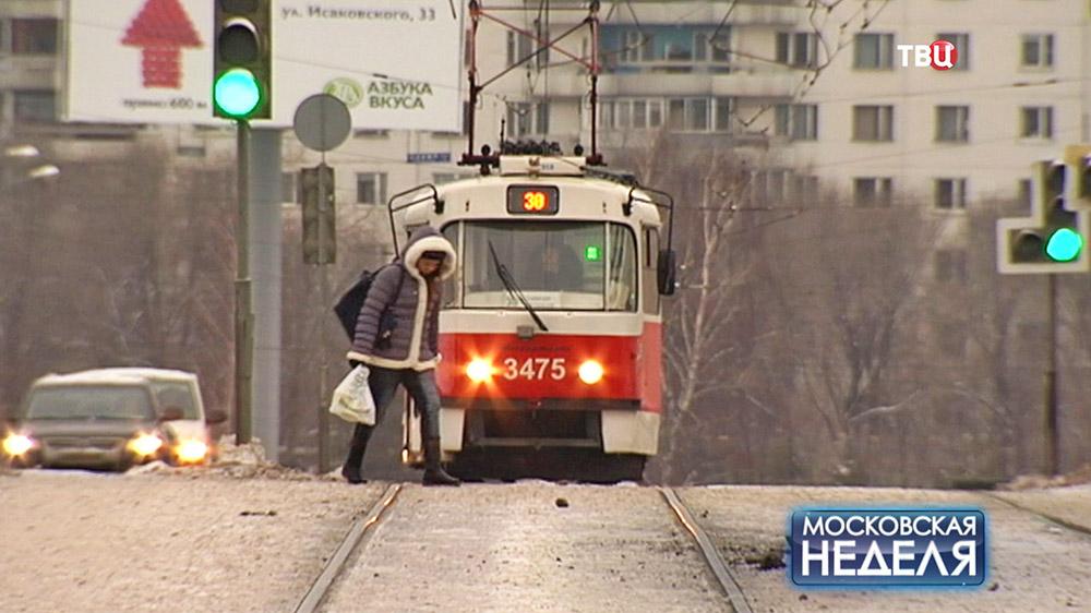 Переходит перед трамваем