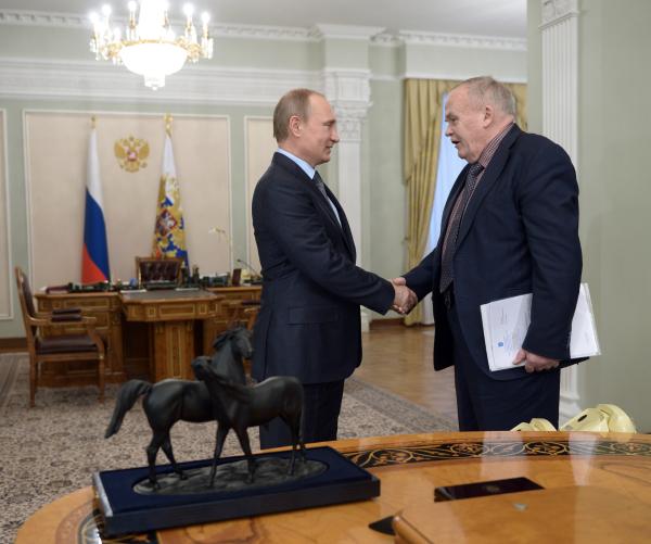 Президент России Владимир Путин и Евгений Велихов во время встречи