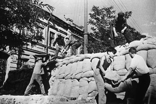 Жители Одессы готовятся к обороне города. Снимок был сделан в 1942 году
