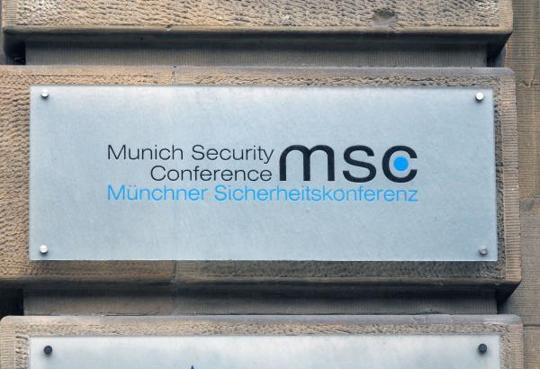 Вывеска офиса конференции по безопасности в Мюнхене