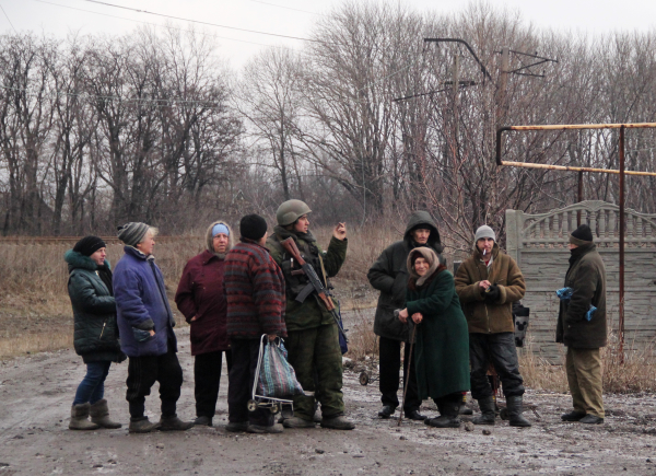 Ополченец ДНР и жители Донецкой области