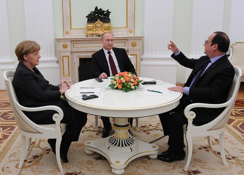 Президент России Владимир Путин, федеральный канцлер Германии Ангела Меркель и президент Франции Франсуа Олланд во время встречи в Кремле.
