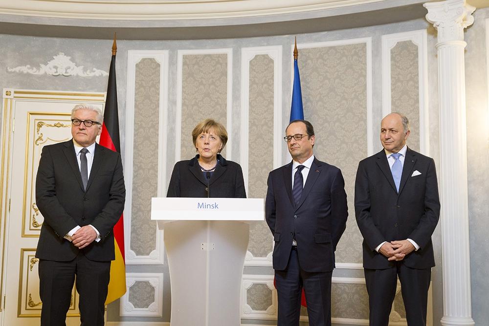 Министр иностранных дел Германии Франк-Вальтер Штайнмайер, канцлер Германии Ангела Меркель, президент Франции Франсуа Олланд и министр иностранных дел Франции Лоран Фабиус