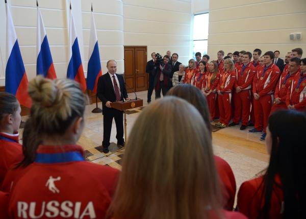 Президент России Владимир Путин во время встречи с призерами зимней Универсиады-2015