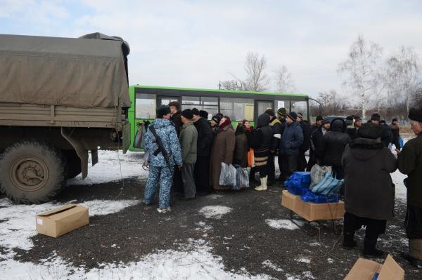 Раздача гуманитарной помощи жителям Донецкой области