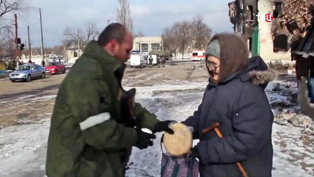 Ополченцы выдают гуманитарную помощь жителям Донбасса