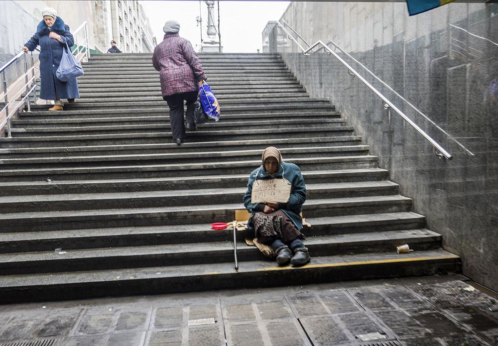 Пенсионерка  Киеве просит подояния