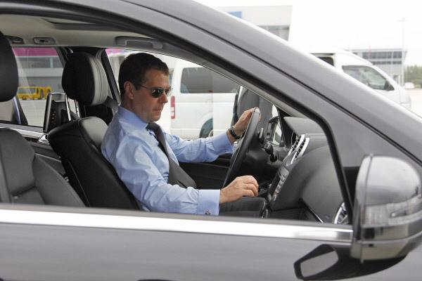 Председатель правительства РФ Дмитрий Медведев в автомобиле