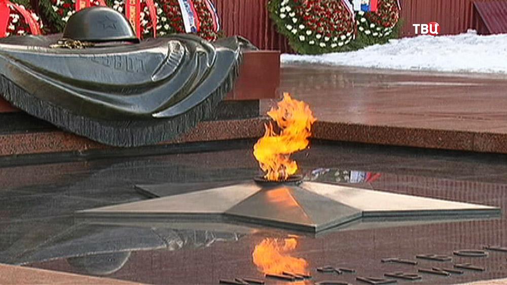 Вечный огонь у могилы Неизвестного Солдата