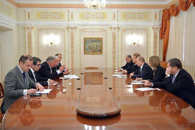 Президент России Владимир Путин и председатель Сената Франции Жерар Ларше