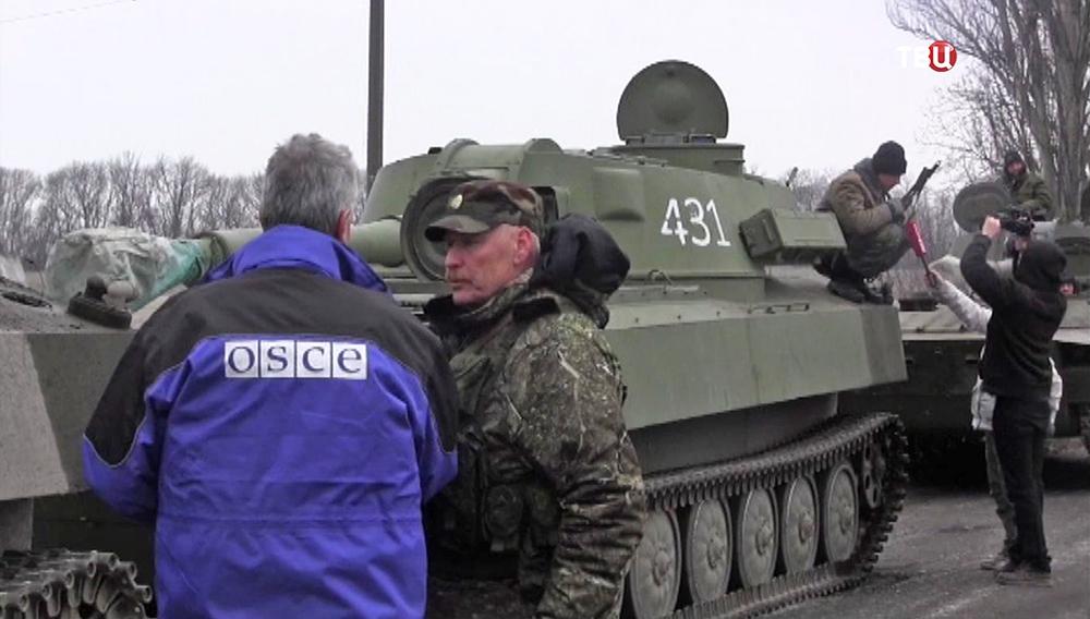 Представители ОБСЕ и военные народного ополчения ДНР