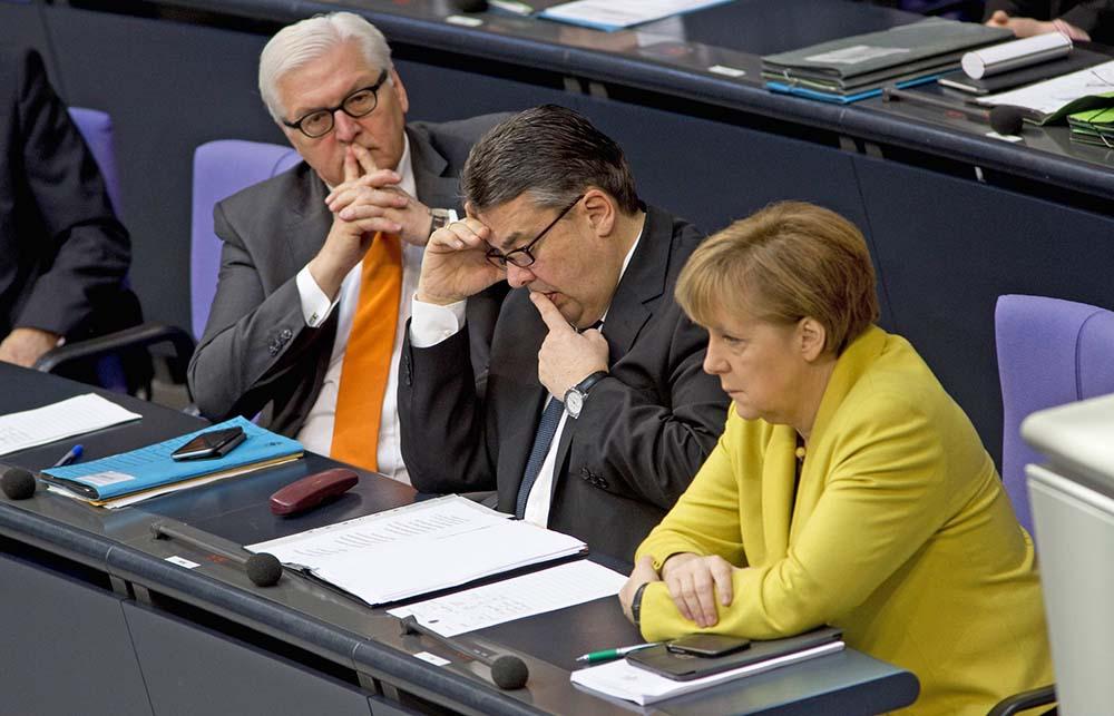 Министр иностранных дел Германии Франк-Вальтер Штайнмайер, министр экономики Германии Зигмар Габриэль и канцлер Германии Ангела Маркел