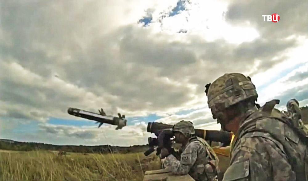Солдаты США стреляют из переносного ракетного комплекса