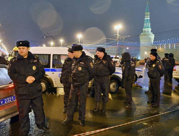 Полиция на месте убийства политика Бориса Немцова
