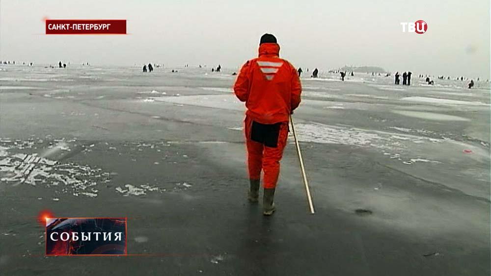 Спасатели МЧС Санкт-Питербурга проверяют прочность льда