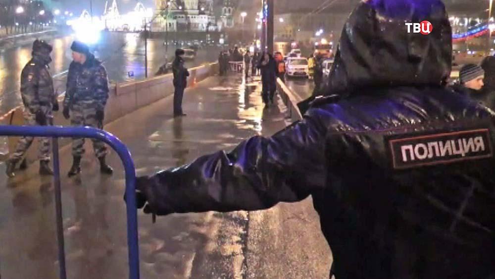Полицейское оцепление на месте убийства политика Бориса Немцова