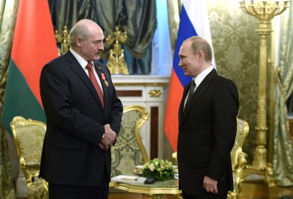 Президент России Владимир Путин и президент Белоруссии Александр Лукашенко, награжденный орденом Александра Невского