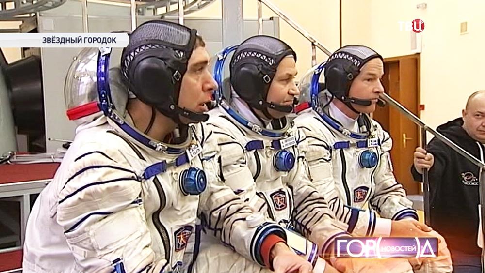 Космонавты во время пресс-конференции