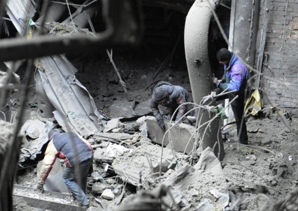 Извлечения тел погибших украинских военных в аэропорту города Донецка