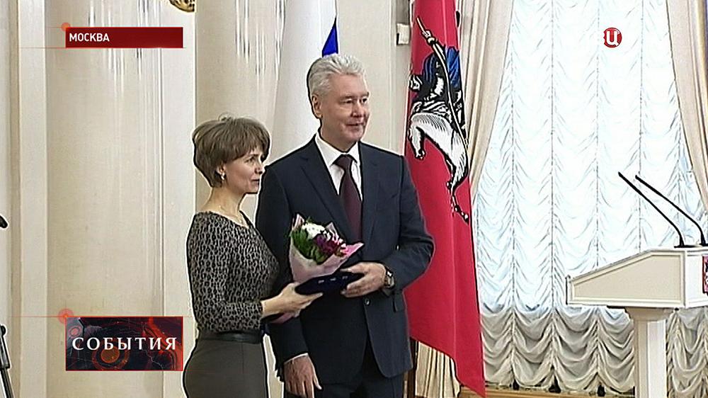 Сергей Собянин вручает награды москвичкам