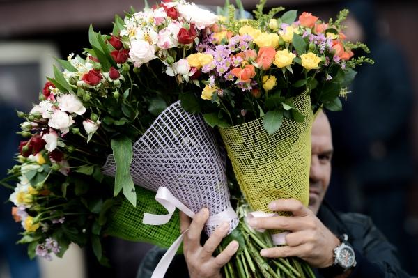 Мужчина с букетами цветов
