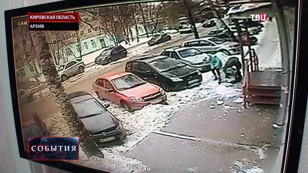 Падение снега на ребенка в Кировской области