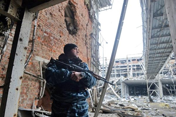 Военнослужащий в аэропорту города Донецка