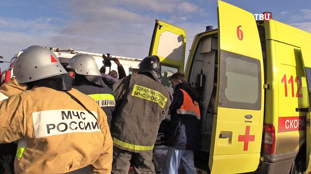 Спасатели МЧС и врачи скорой помощи на месте происшествия