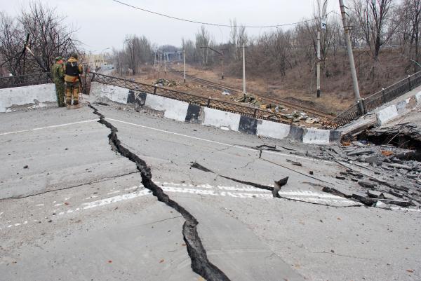 Ополченцы ДНР у разрушенного в результате взрыва моста в Донецке