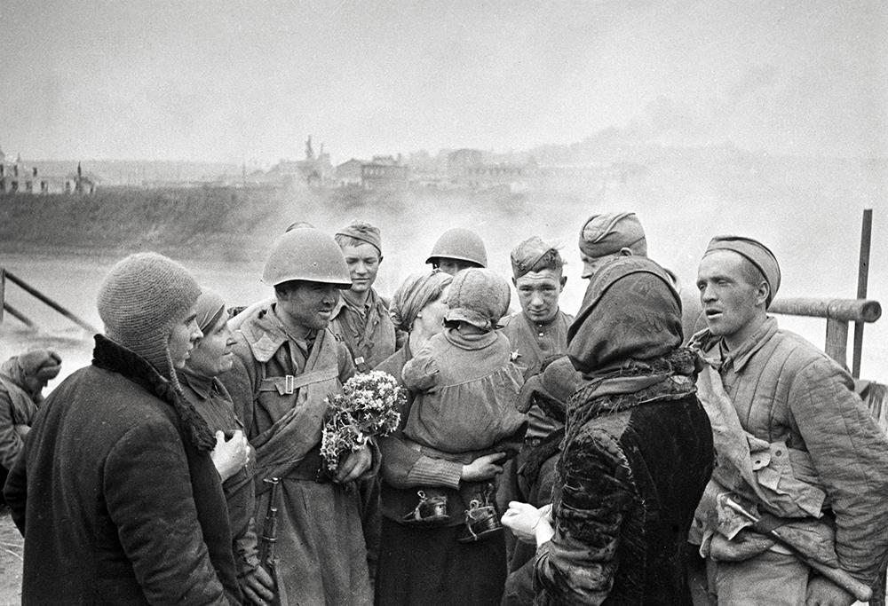 Жители Смоленска беседуют с воинами-освободителями