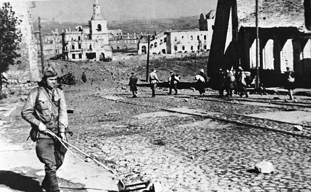 Сапёр разминирует улицу Советскую в освобождённом города Смоленска