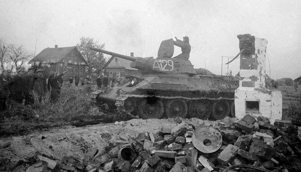 Жители освобожденного населенной деревни приветствуют советские войска