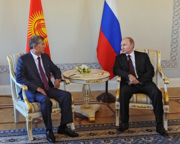 Президент России Владимир Путин во время встречи с главой Киргизии Алмазбеком Атамбаевым