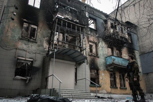 Многоквартирный жилой дом, разрушенный в результате обстрелов во время боевых действий в городе Дебальцево