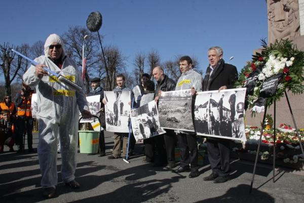 """Антифашисты на акции протеста против публичных мероприятий по случаю дня памяти латышского легиона """"Ваффен СС"""" в центре города Риги"""
