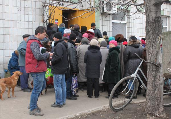 У пункта выдачи гуманитарной помощи в Донецке