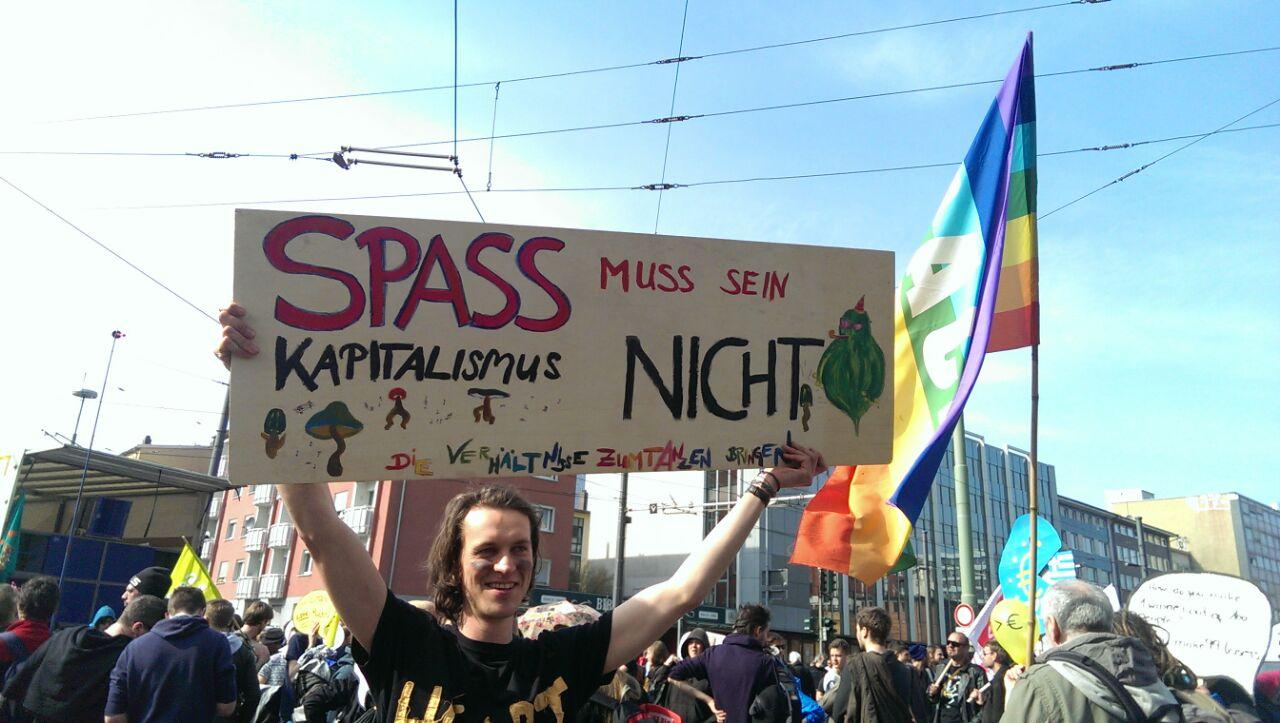 """Митингующие во Франкфурте-на-Майне. Плакат: """"Удовольствие - должно быть, капитализм - нет"""""""