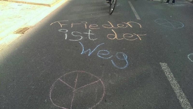 """Беспорядки во Франкфурте-на-Майне. Надпись на асфальте: """"Мир - это путь"""""""