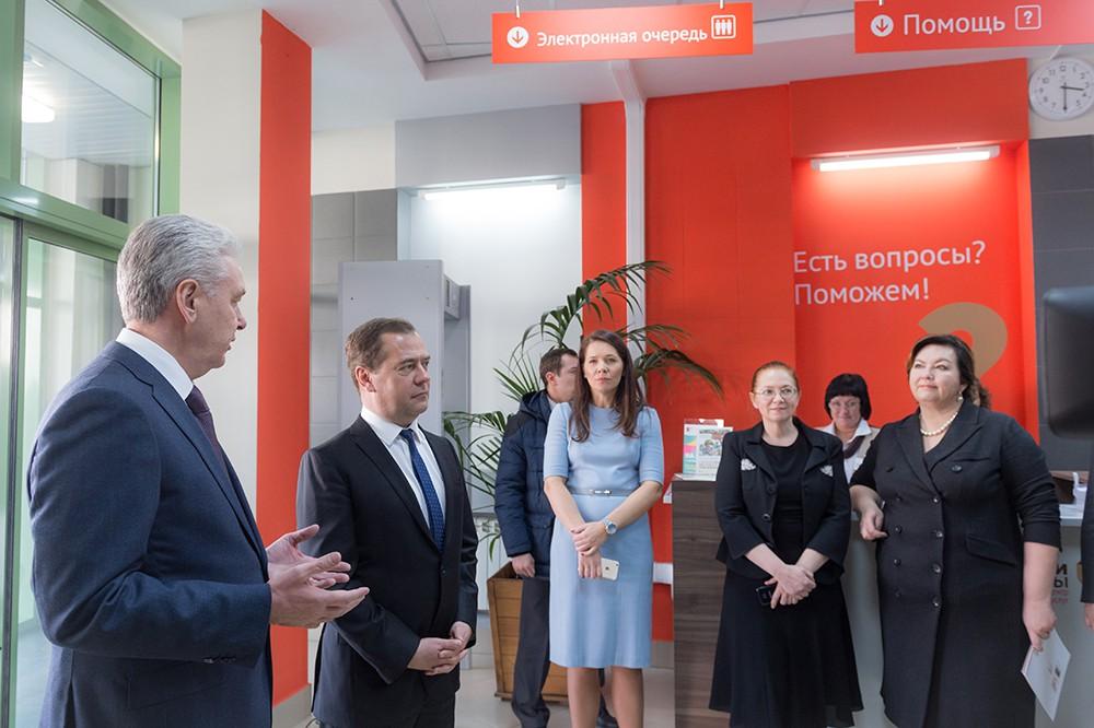 Дмитрий Медведев и Сергей Собянин во время посещения МФЦ в Строгино