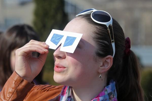 Девушка наблюдает солнечное затмение