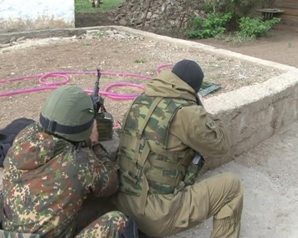 Бойцы спецназа ведут спецоперацию по ликвидации боевиков