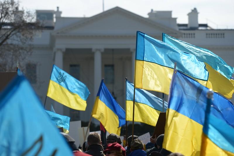 Флаги Украины на фоне американского Белого Дома