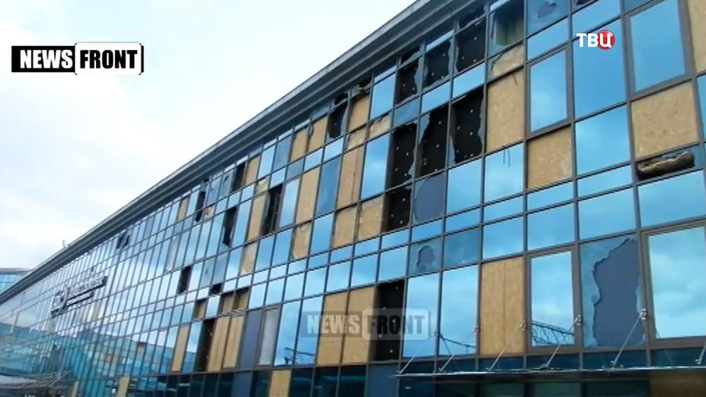 Последствия обстрела желехнодорожного вокзала в Донецке