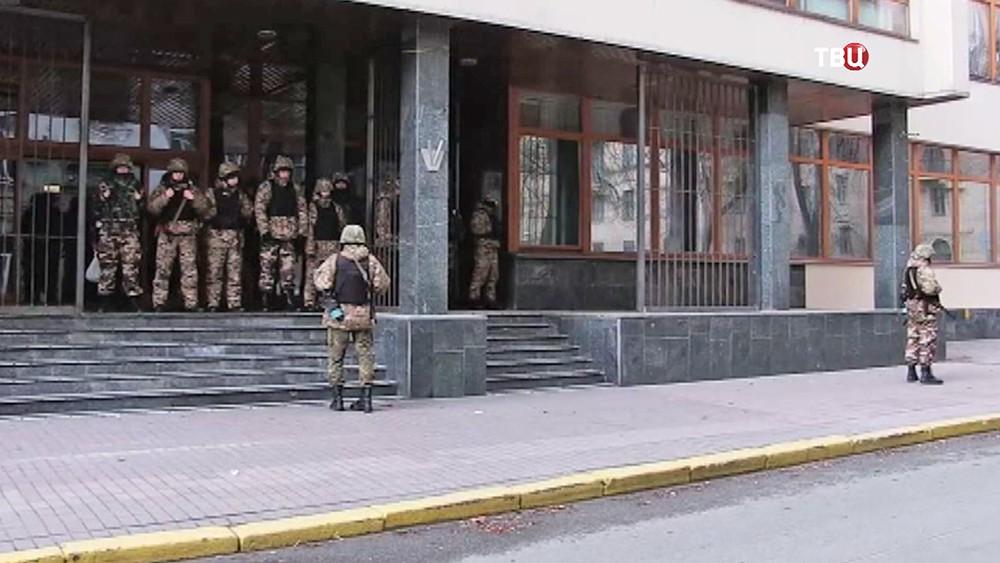 """Военное оцепление у входа в """"Укрнафту"""""""